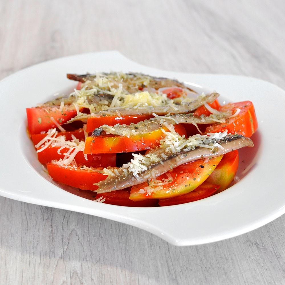 Ensalada de tomate con anchoas ahumadas y parmesano