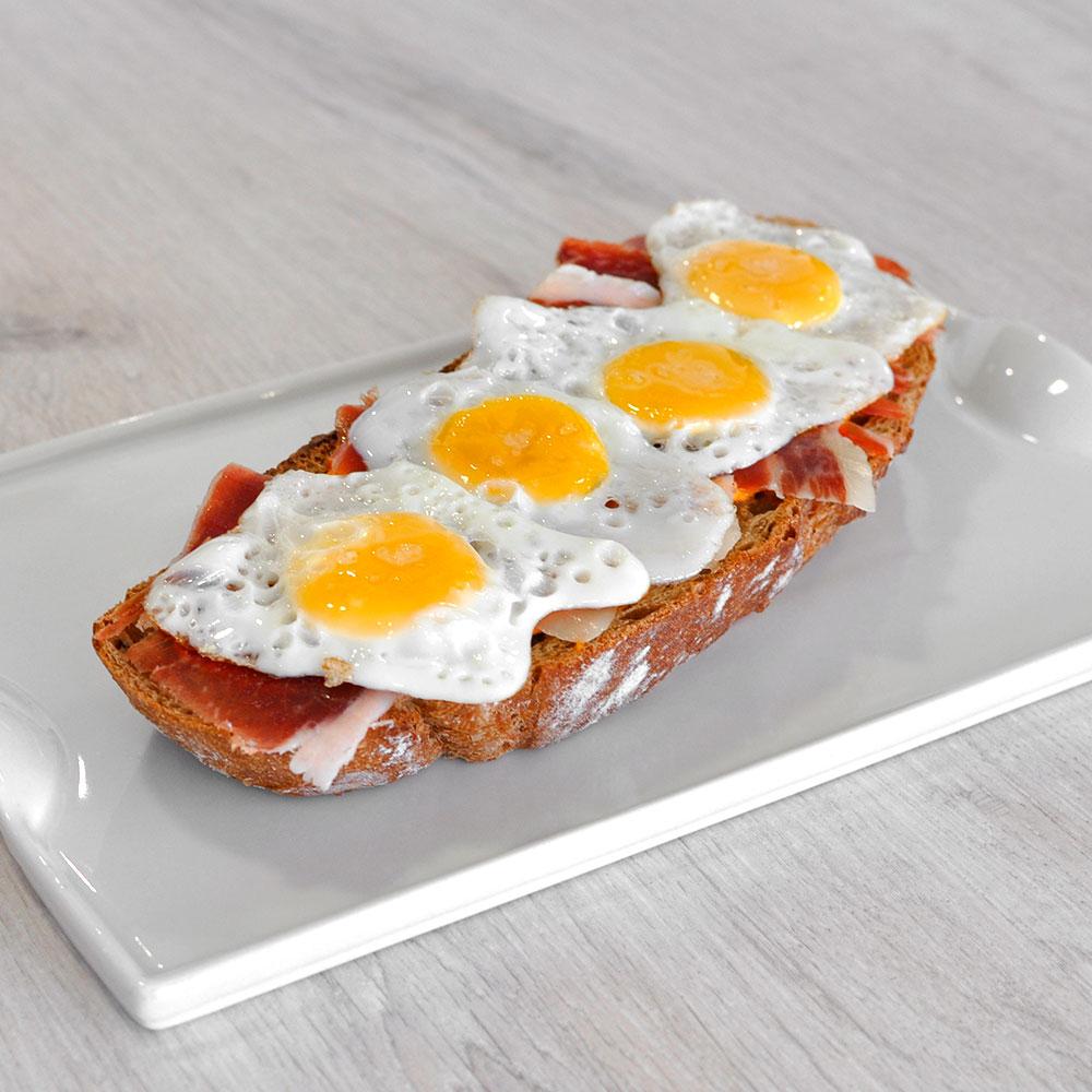 Tosta de cebo Ibérico con huevos de codorniz